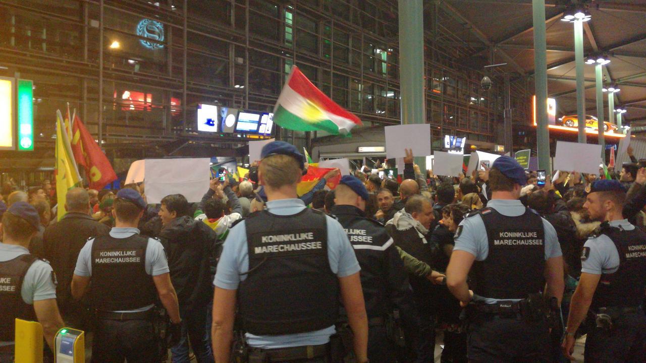 Koerden demonstreren in stationshal Schiphol tegen Turkse inval