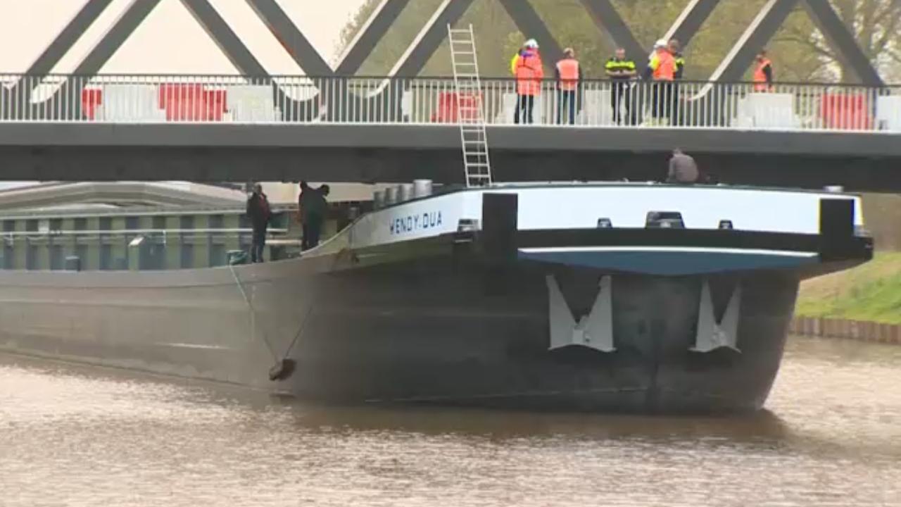 Vrachtschip vastgelopen onder brug bij Groningse Noordhorn