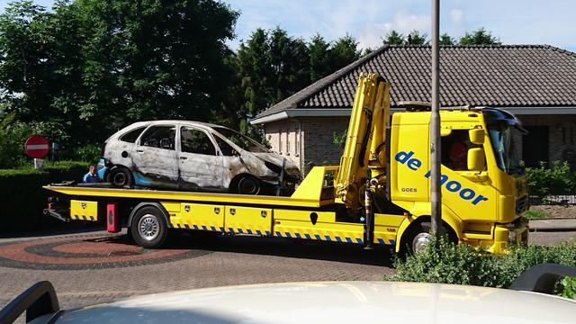 Auto brandt volledig uit in het Kerkepad in Ossendrecht