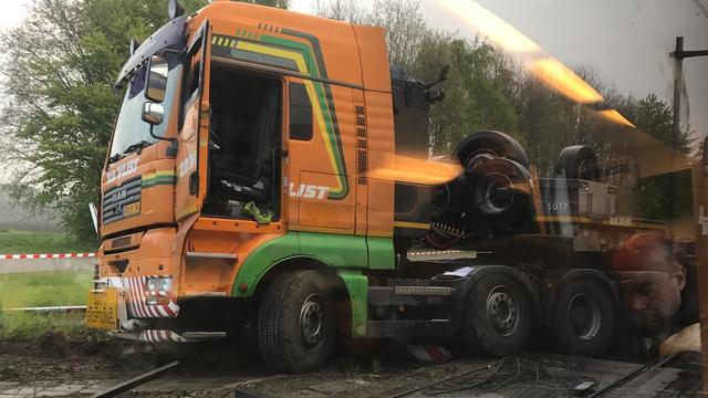 Passagierstrein botst op vrachtwagen en ontspoort in Brabant