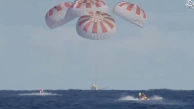 Onbemande SpaceX-capsule na eerste testvlucht succesvol geland op zee