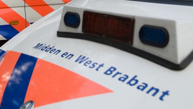 Vrouw (50) steekt banden politieauto lek in Breda