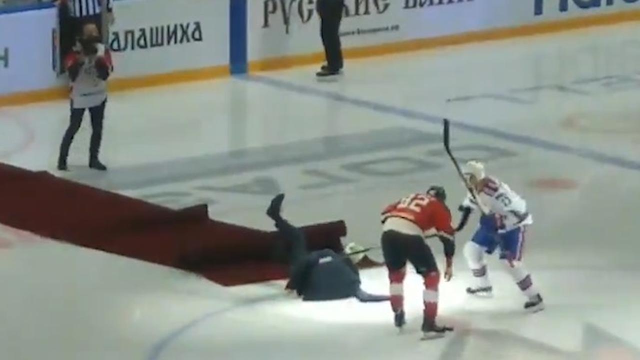 Mourinho glijdt uit na face-off bij ijshockeywedstrijd