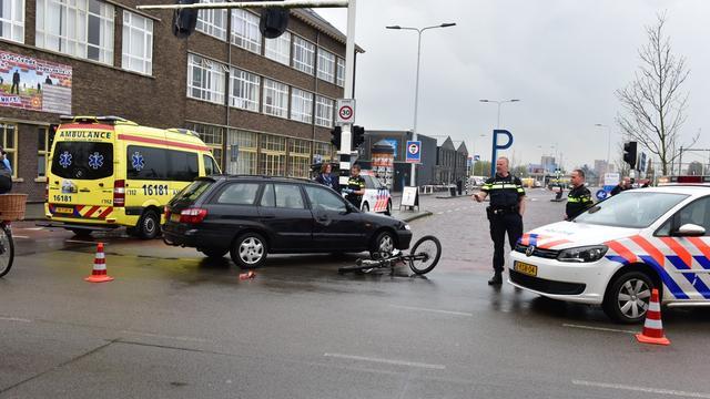 Fietsster botst op auto bij Haagweg parkeerterrein