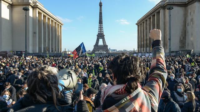 Fransen protesteren tegen wet die verspreiding beelden van agenten verbiedt