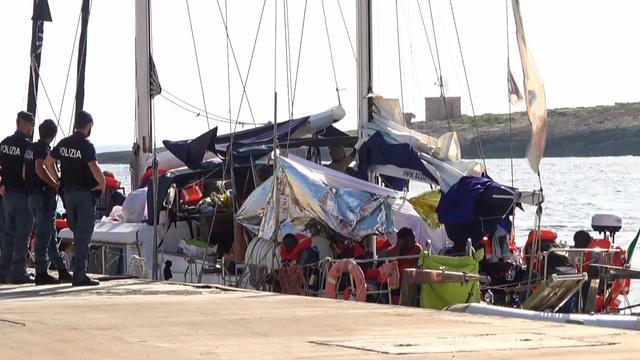 Migranten reddingsschip Alex aan land bij Italiaans eiland Lampedusa