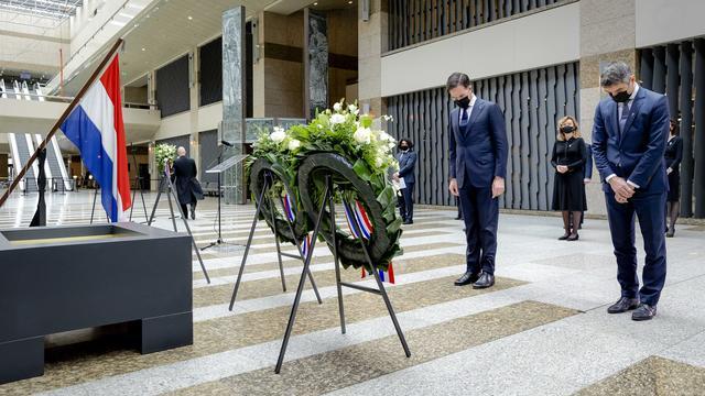 Demissionair premier Mark Rutte en demissionair staatssecretaris Paul Blokhuis (Volksgezondheid) leggen een krans bij de Erelijst van Gevallenen.