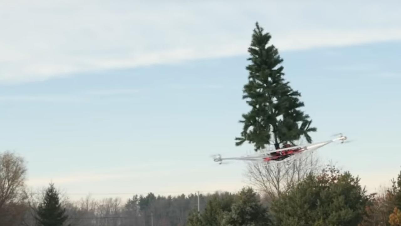 Dronebouwers monteren kerstboom op drone