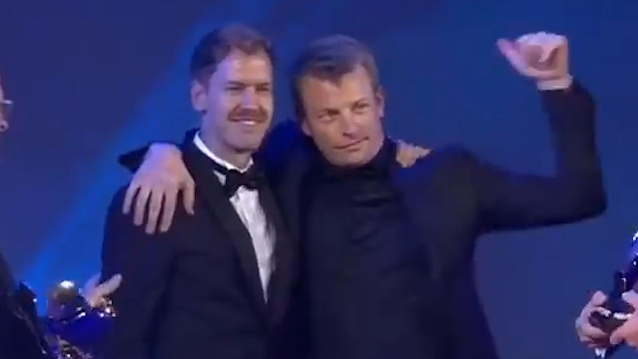Beschonken Räikkönen wankelt podium op bij FIA-gala