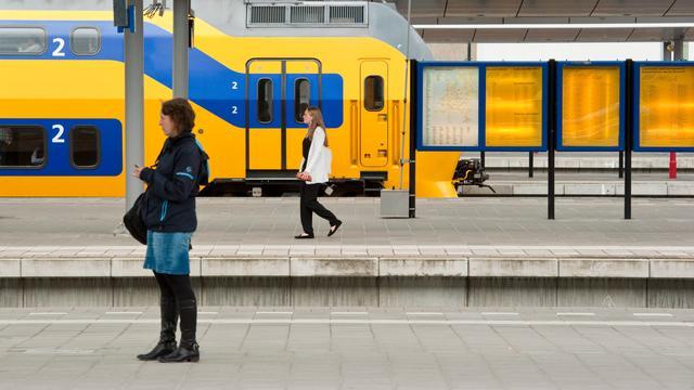 Passagier raakt gewond na steen door ruit trein