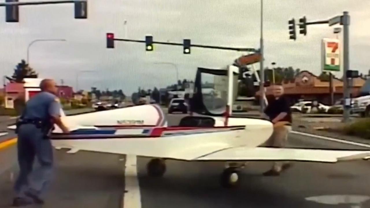 Vliegtuigje maakt noodlanding op autoweg in Washington