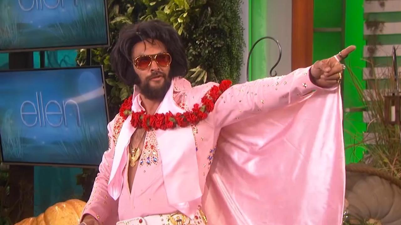 Jason Momoa maakt dansend als Elvis zijn entree in talkshow