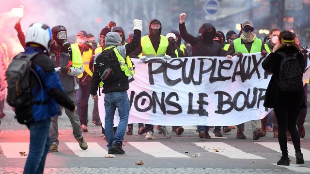 Demonstratie 'Gele Hesjes' in Parijs loopt uit de hand, politie zet traangas in