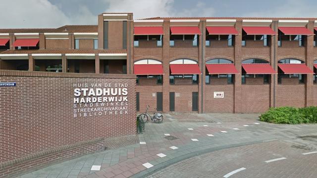 Politie denkt dat bestuurder met opzet op stadhuis Harderwijk inreed