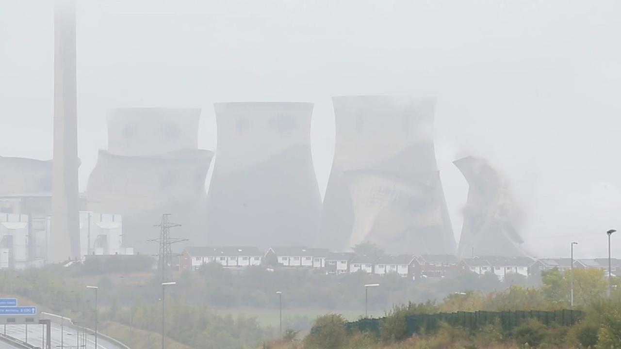 Koeltorens storten in na gecontroleerde explosie in Engeland