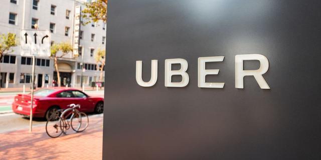 Gevel beklad en rookbommen afgestoken bij protest Uber-chauffeurs