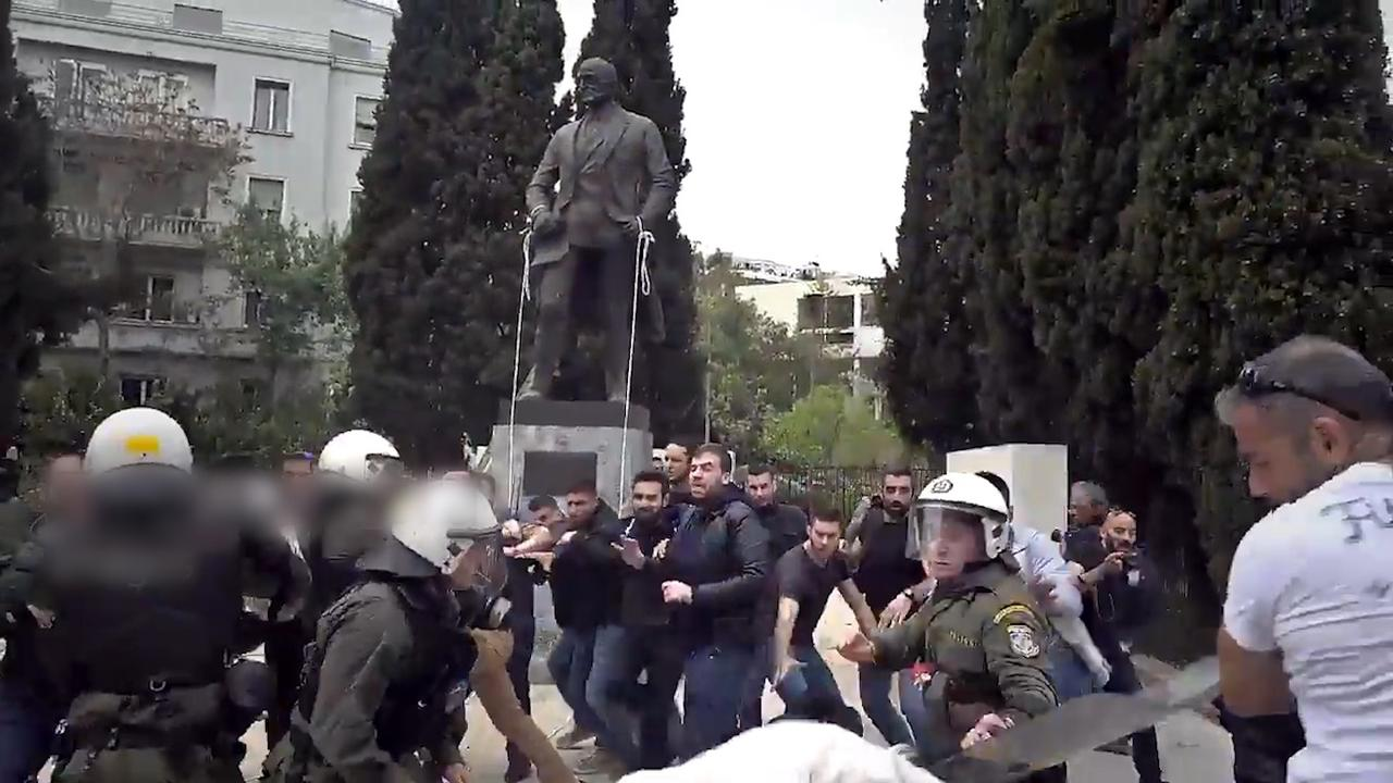 Politie slaat in op Grieken wanneer ze standbeeld Truman aanvallen