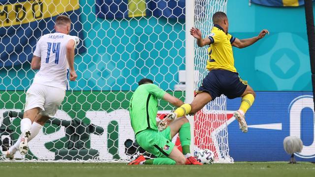 Alexander Isak versiert namens Zweden een strafschop tegen Slowakije.