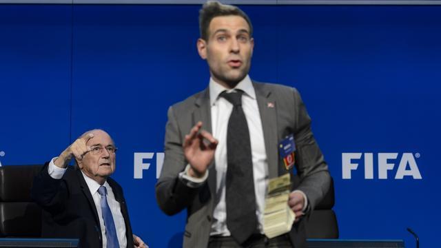 FIFA klaagt Britse komiek aan wegens verstoren persconferentie Blatter