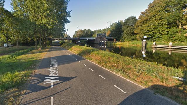 Twee auto's botsen op elkaar op Westkanaalweg