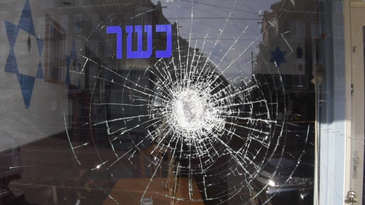 Ruit van joods restaurant in Amsterdam beschadigd