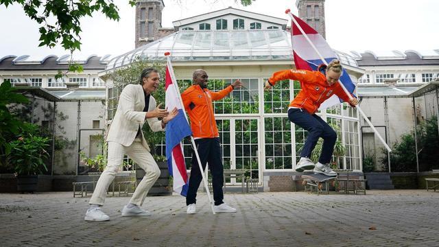 Atleet Churandy Martina en skateboardster Keet Oldenbeuving zijn de Nederlandse vlaggendragers tijdens de openingsceremonie.