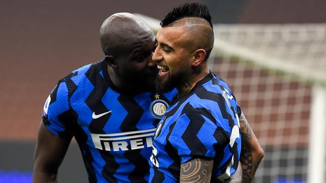 Arturo Vidal hielp Inter aan een belangrijke zege op zijn oude club Juventus.