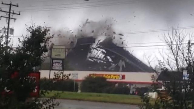 Tornado rukt dak van gebouw in Virginia