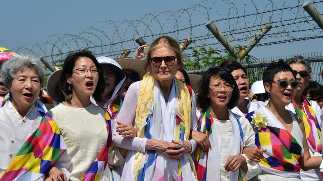 Vredesactivisten passeren grens tussen Noord- en Zuid-Korea