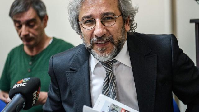 Gevluchte Turkse journalist met gejuich ontvangen in De Balie