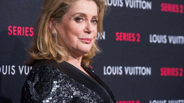 Veiling kleding actrice Catherine Deneuve levert 900.000 euro op