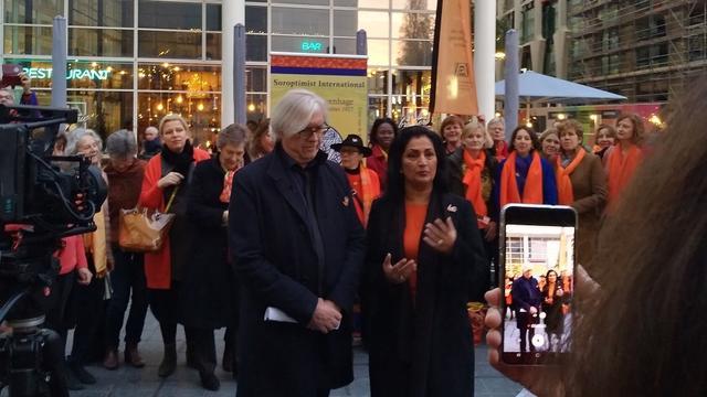 Stadhuis in Den Haag kleurt oranje in actie tegen geweld tegen vrouwen