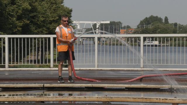Rotterdam koelt bruggen tegen uitzetting door hitte