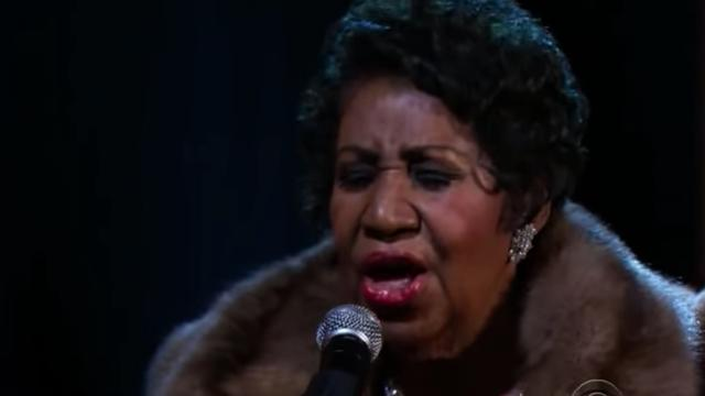 Aretha Franklin zingt (You Make Me Feel Like a) Natural Woman in 2015