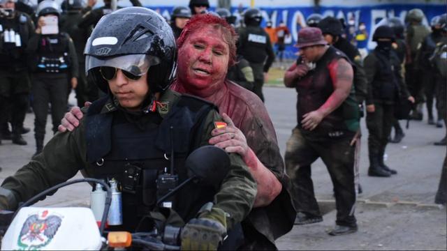 Besmeurde burgemeester door de straten gesleept in onrustig Bolivia