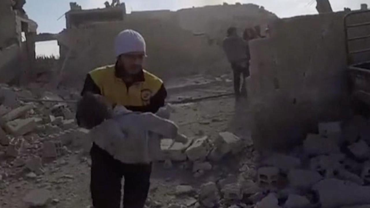 Hulpdienst haalt kind onder ingestort gebouw uit in Ghouta