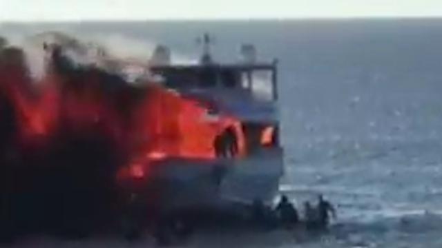 Opvarenden springen in zee na brand op boot in VS