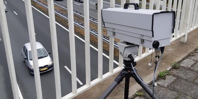 Politie zet slimme camera in tegen telefoongebruik achter het stuur