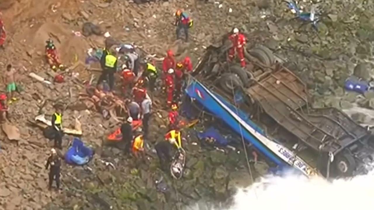Reddingswerkers zoeken overlevenden na groot busongeluk Peru