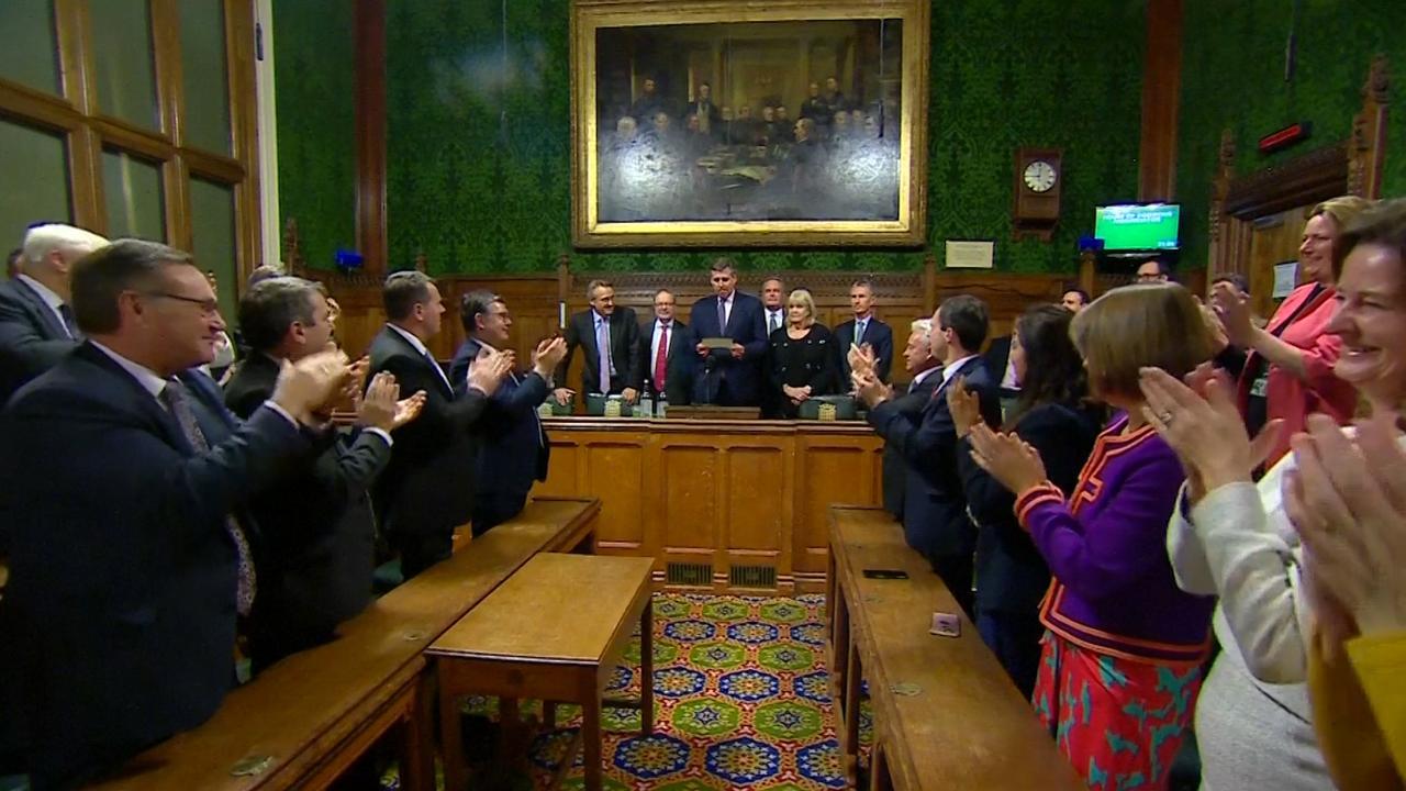Luid applaus na uitslag vertrouwensstemming May