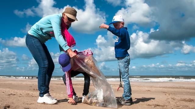 Vrijwilligers maken Zeeuwse kust afvalvrij tijdens Beach Cleanup Tour