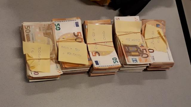 Politie neemt tas met 50.000 euro in beslag op Rotterdam CS