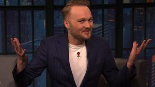 Arjen Lubach spreekt Nederlands in talkshow Seth Meyers