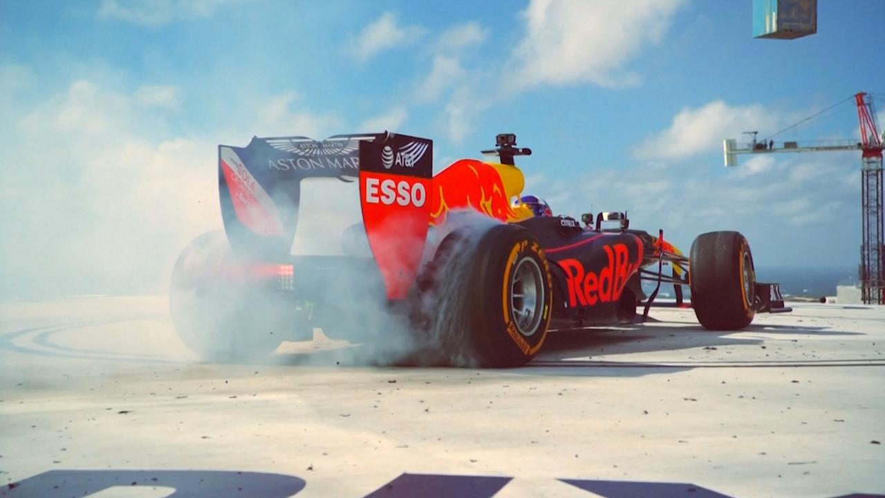 David Coulthard maakt 'donuts' boven op wolkenkrabber in Miami
