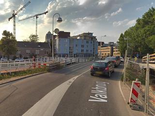 Wegwerkers sluiten twee nieuwe bruggen aan op rijbaan