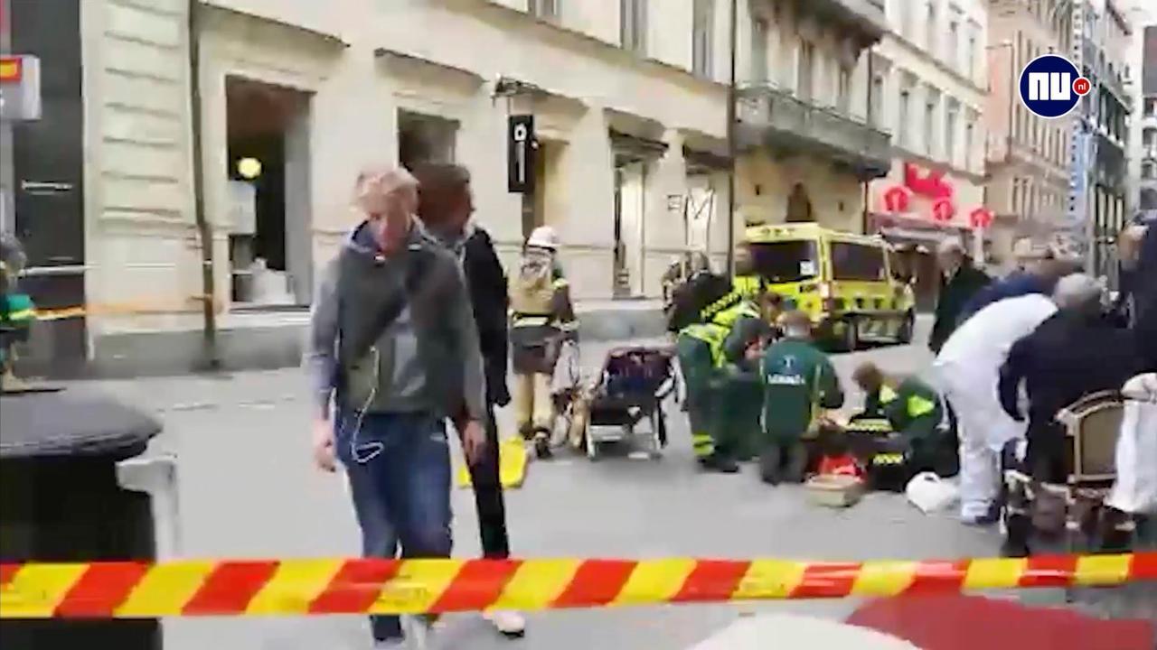 Gewonden worden verzorgd na inrijden vrachtwagen op menigte Stockholm