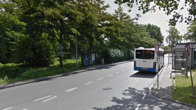 Auto tegen bushokje gereden op Stellingweg