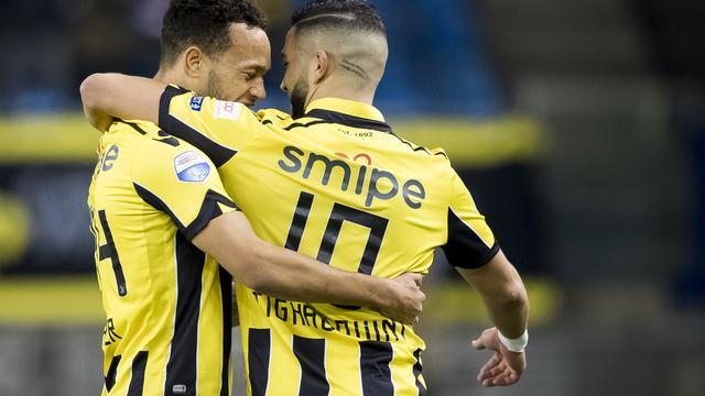 Vitesse wint nipt van AZ, debutant Assaidi helpt Twente aan zege op PEC