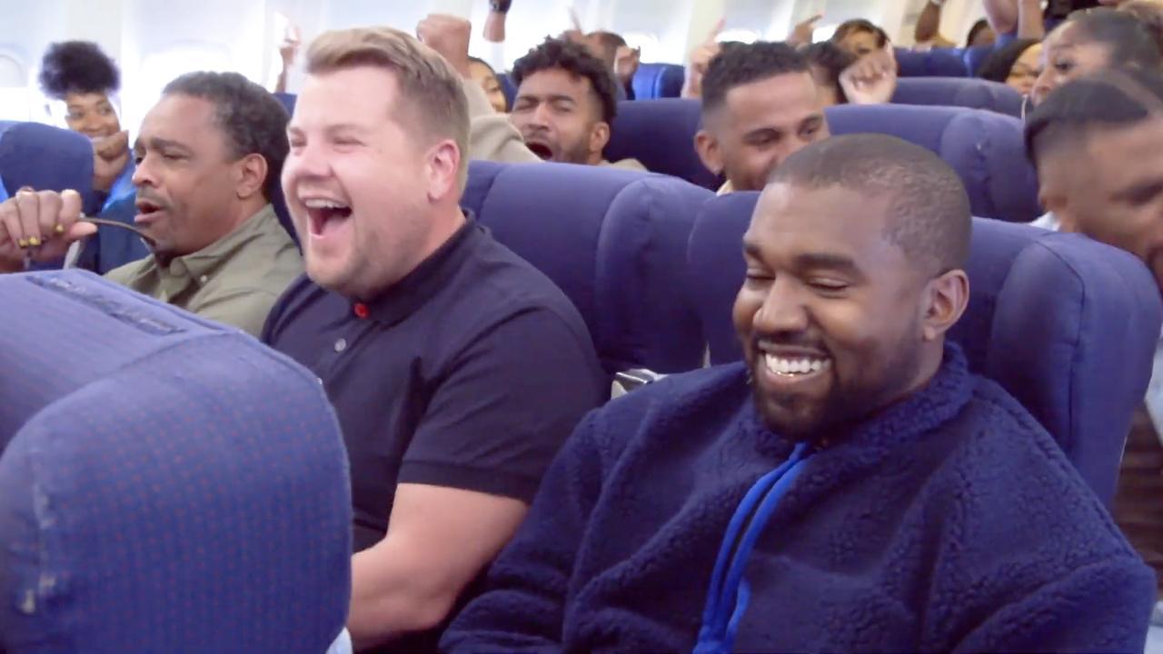 Koor van Kanye West zingt voor James Corden in vliegtuig