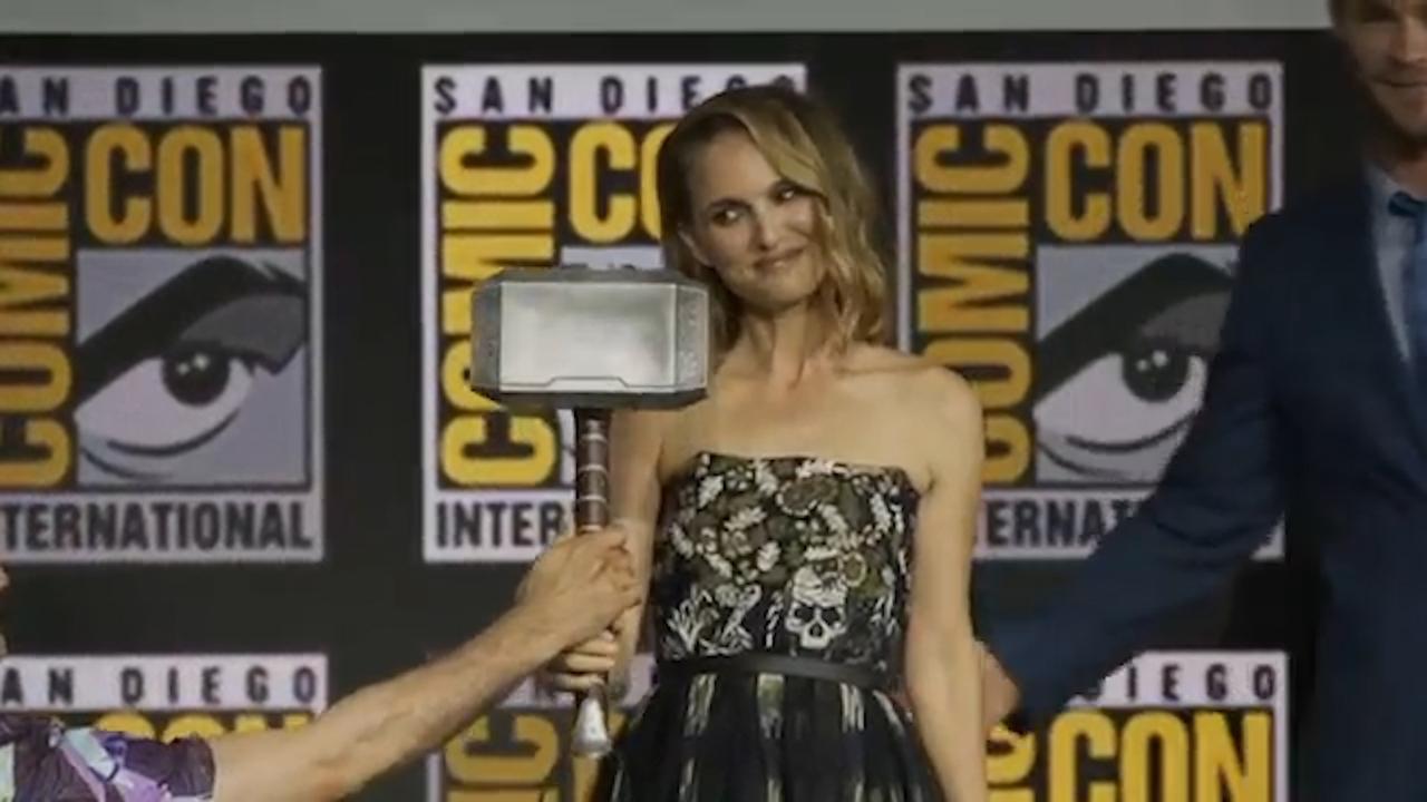 Nathalie Portman krijgt symbolische hamer van Thor